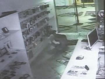 V�DEO: Ladr�o atrapalhado bate em porta de vidro durante fuga em Ourinhos