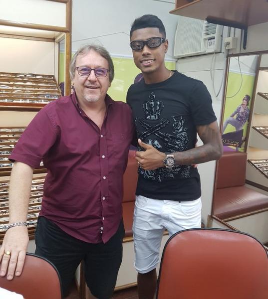 Bruno Henrique com óculos de proteção para preservar local da lesão (Foto   Arquivo Pessoal) 6e080fd8a0