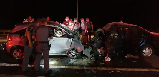 df27c9ca22c Polícia acredita que motorista de um dos carros se confundiu ao entrar em  pista contrária por alça de acesso da rodovia